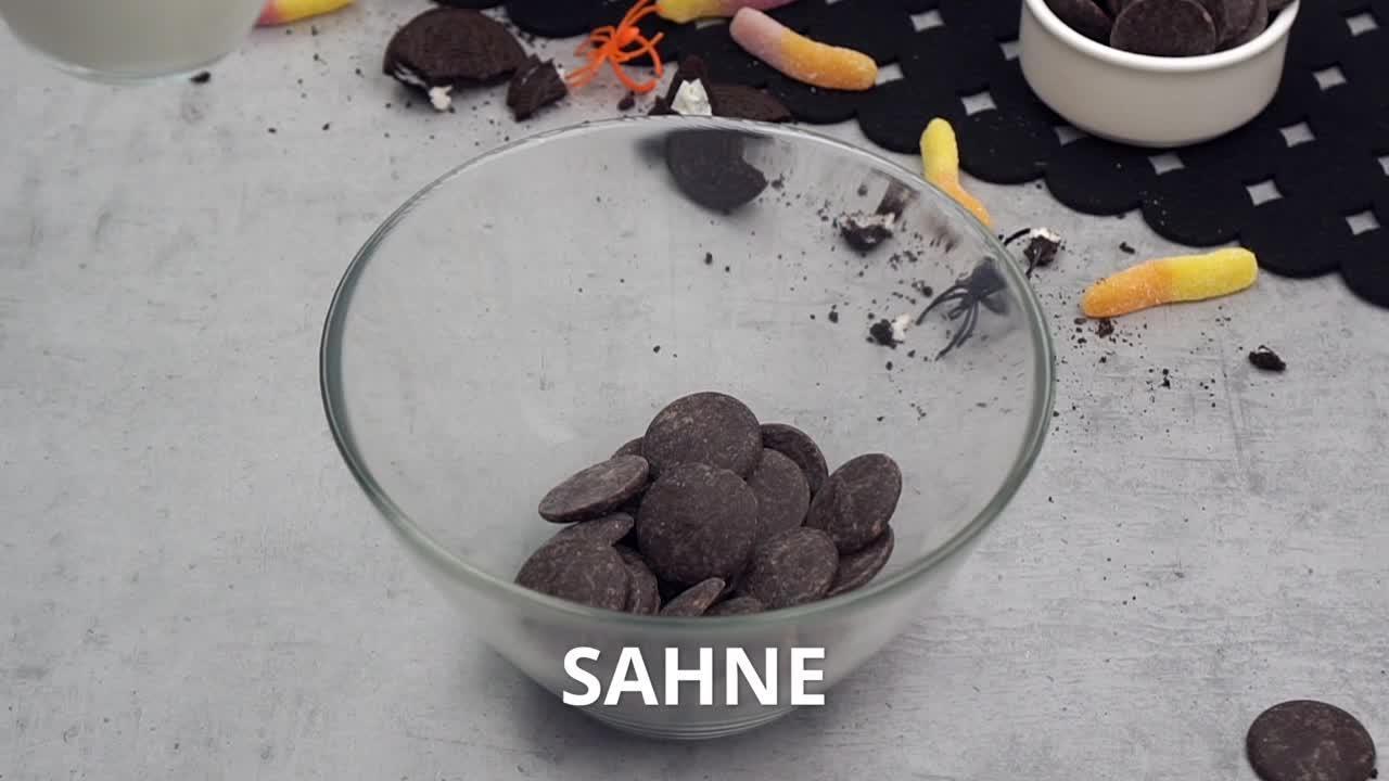 Lustige Erdhaufen-Cupcakes mit Würmern